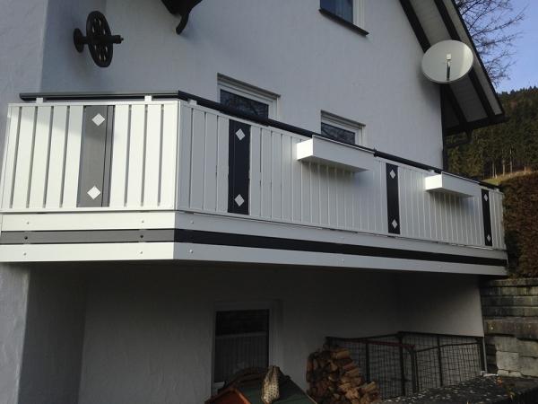 R005-Berlin-Rieb-Balkone-Geländer-Aluminium-Wartungsfrei-Balkongeländer-Renovierung-Witterungsbeständig