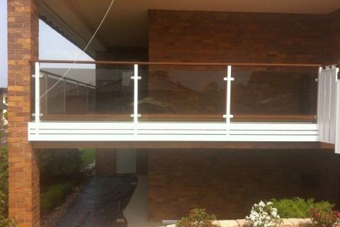 G026-Glas-Aluminium-Balkone-Balkongelaender-Rieb-Balkone-Wartungsfrei-Gelaender-Nie-mehr-Streichen