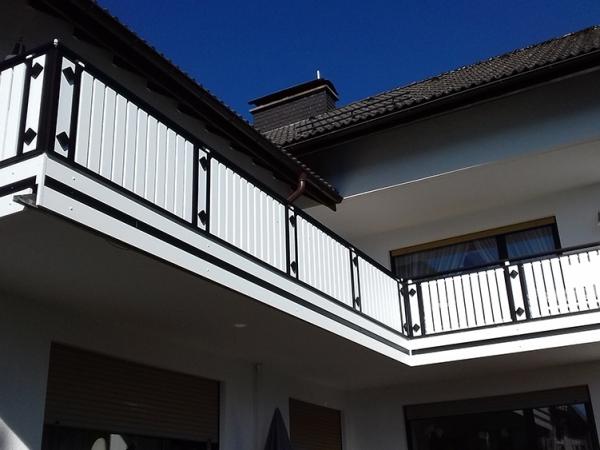 R039-Berlin-Rieb-Balkone-Geländer-Aluminium-Wartungsfrei-Balkongeländer-Renovierung-Witterungsbeständig