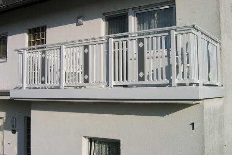 R087-System3000-Rieb-Balkone-Geländer-Aluminium-Wartungsfrei-Balkongeländer-Renovierung-Witterungsbeständig